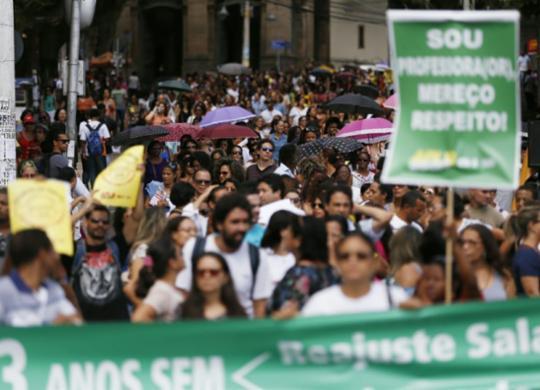 Professores de Salvador mantêm greve e fazem caminhada no centro   Raul Spinassé   Ag. ATARDE