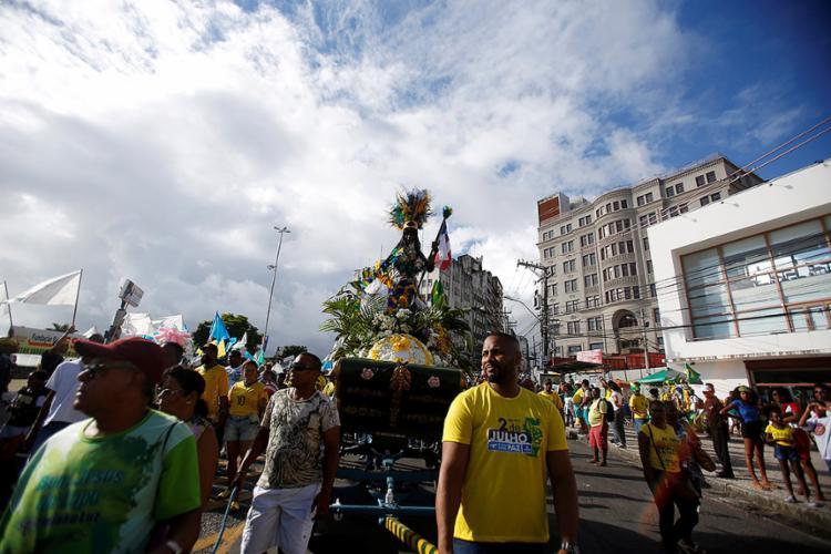 Baianos mantiveram a tradição de celebrar o Dois de Julho em cortejo marcado por protestos e apresentações - Foto: Adilton Venegeroles l Ag. A TARDE