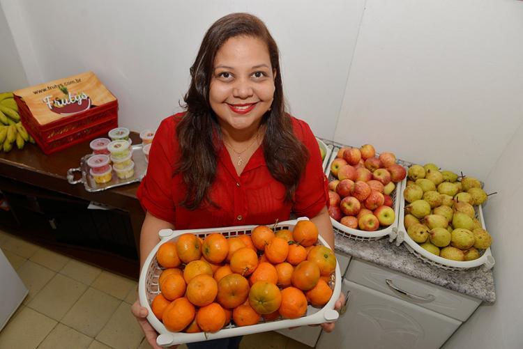 Andreia Castro, da Frutys, oferece combinado de frutas para empresas (Foto: Shirley Stolze l Ag. A TARDE)