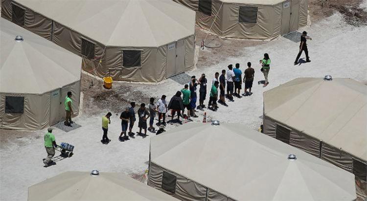 O governo de Trump passou a separar crianças de pais pegos cruzando ilegalmente a fronteira e colocá-las em abrigos - Foto: Joe Raedle l Getty Images l AFP