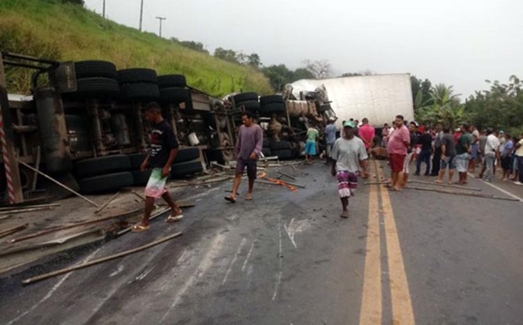 Acidente envolveu dois caminhões, uma carreta e uma Kombi - Foto: Reprodução | Site Ubaitapa Urgente