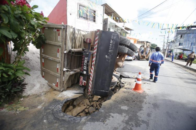 Veículo tombou e permanece na via, próximo ao campo de futebol do bairro - Foto: Raul Spinassé | Ag. A TARDE