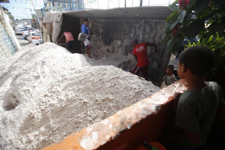 Caçamba estava carregada de areia quando tombou na via