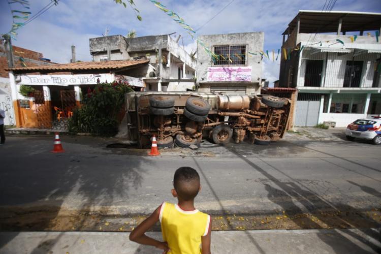Segundo comerciante, crianças brincam no local do acidente durante a tarde