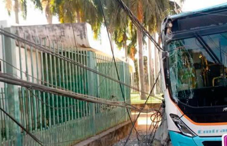 O veículo transportava passageiros, mas não houve feridos - Foto: Reprodução | SigiVilares