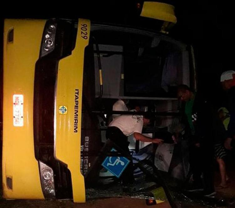 Ônibus seguia com destino a São Paulo e tombou no município de Planalto - Foto: Reprodução | Blog do Anderson