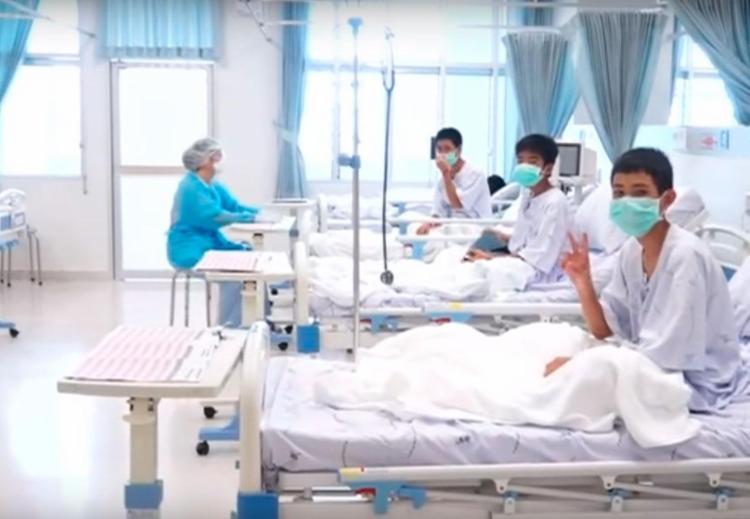 No hospital, adolescentes sinalizam de que estão bem - Foto: Reprodução | AFP TV