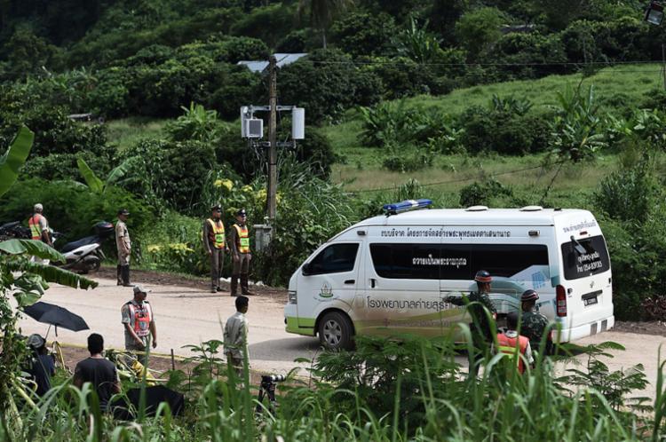 Adolescentes resgatados são levados para hospital de Chiang Rai - Foto: Ye Aung Thu | AFP