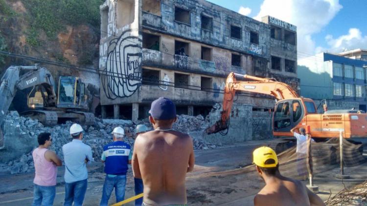 Prédio começou a ser demolido na tarde deste sábado, 28 - Foto: Shirley Stolze | Ag. A TARDE