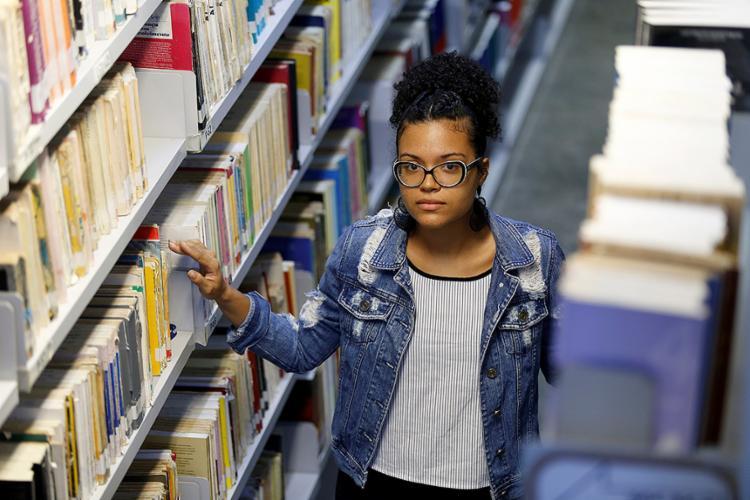 Amanda Santos, professora de língua inglesa, faz trabalho extra corrigindo redações - Foto: Adilton Venegeroles l Ag. A TARDE