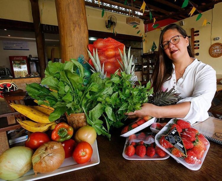"""Ana Paula busca """"produtores responsáveis"""" para adquirir vegetais orgânicos que usa na massa e nos sabores da Pizza Linha - Foto: Margarida Neide l Ag. A TARDE"""