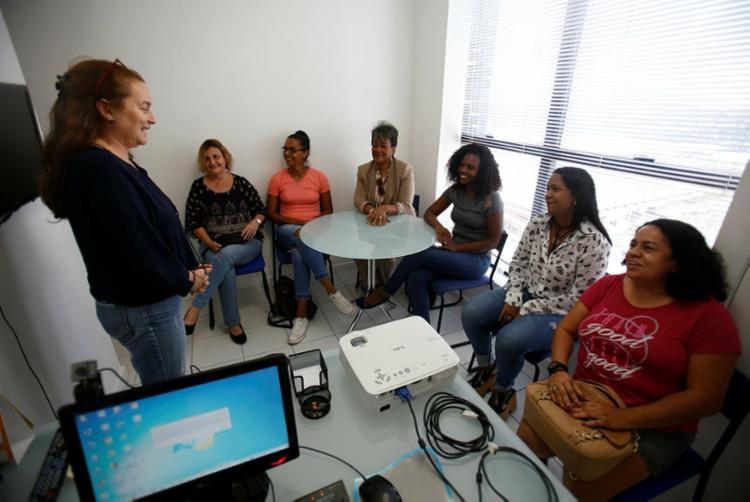 Novas motoristas do aplicativo Partiu Rosa recebem treinamento - Foto: Tiago Caldas | Ag. A TARDE