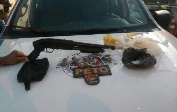 Simulacro de arma e drogas apreendidos foram encaminhados à delegacia - Foto: Divulgação | SSP-BA