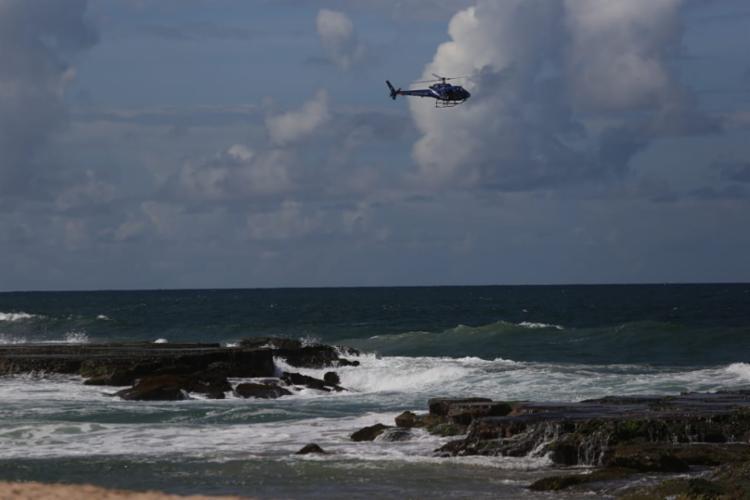 Homem pulou de pedras na praia de Arembepe