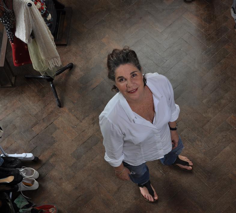 A artista visual Mônica Simões trabalha com arquivos pessoais há quase 20 anos. Foto: Carolina Câmara