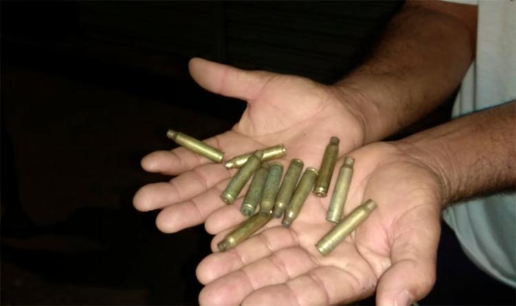 Os suspeitos efetuaram diversos disparos pelas ruas da cidade após o roubo
