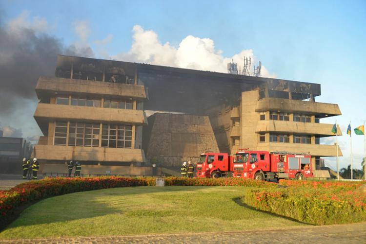 Incêndio ocorreu na tarde deste sábado, 28, e começou no terceiro andar - Foto: Shirley Stolze   Ag. A TARDE