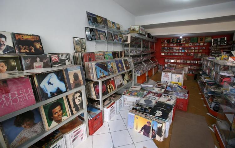 O Bazar Musical, na Barra, tem mais de 10 mil discos; os mais raros não saem por menos de R$ 150 - Foto: Adilton Venegeroles / Ag. A TARDE
