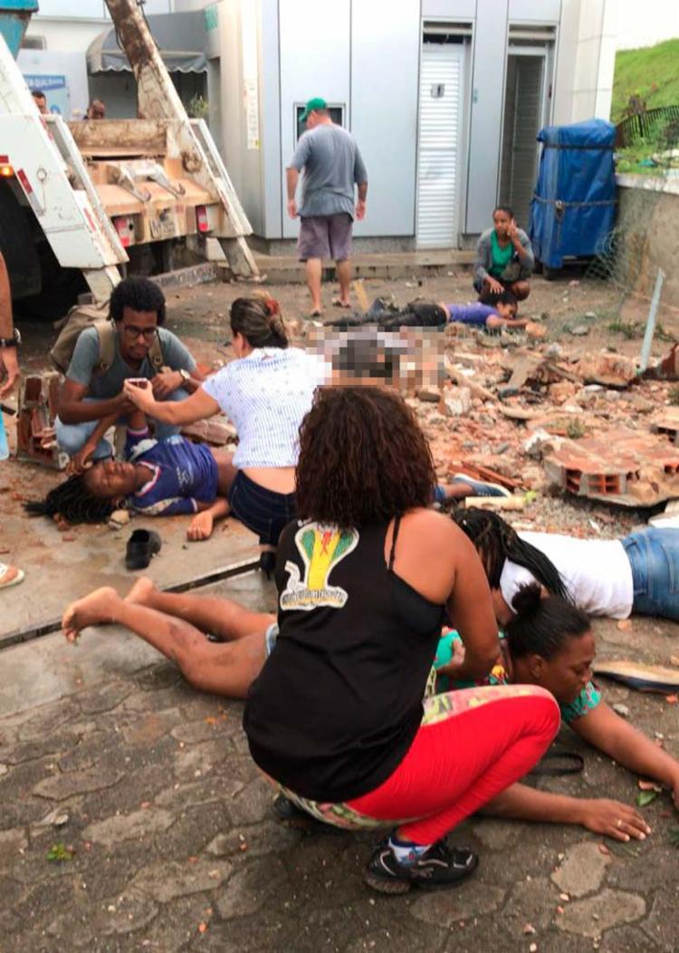 Vítimas foram atropeladas pelo caminhão próximo a um posto - Foto: Cidadão Repórter   Via WhatsApp