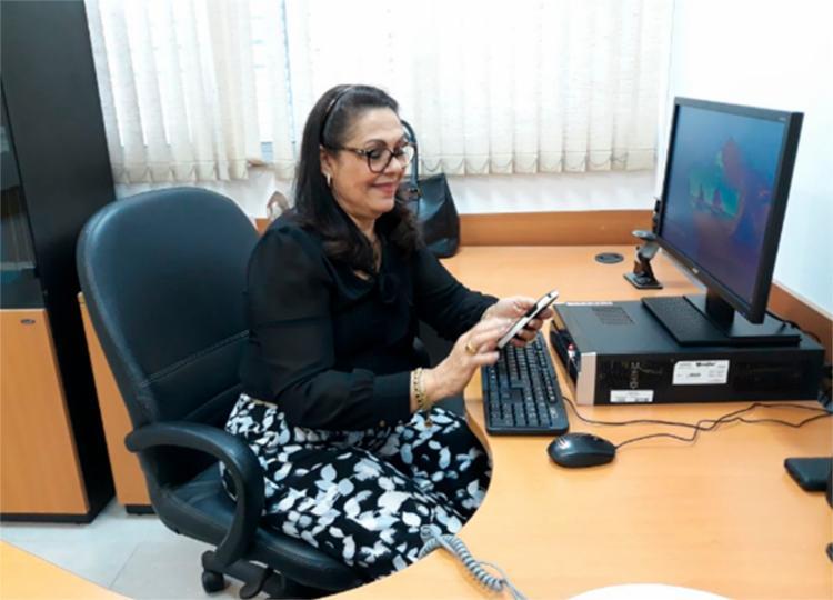 Marlene usa celular e computador para se conectar aos filhos e netos todos os dias