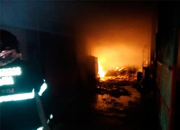 Três carros que estavam no local ficaram totalmente destruídos - Foto: Reprodução | Camaçari Notícias
