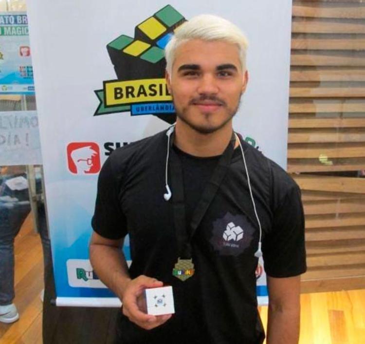 Gabriel completou o cubo em 41 segundos, quebrando o record nacional anterior de 44 segundos - Foto: Divulgação