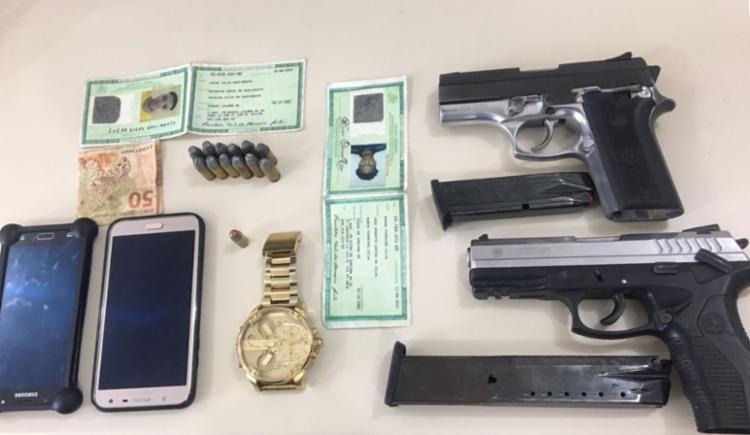 Polícia informou ter apreendido com a dupla duas pistolas, um relógio e R$ 50 - Foto: Reprodução | SSP