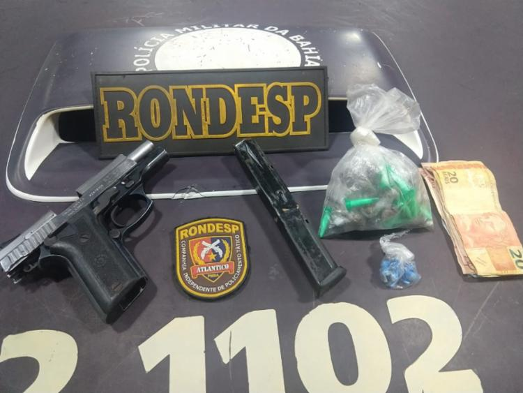 Drogas e arma foram apreendidas pela polícia durante patrulhamento - Foto: Divulgação | SSP