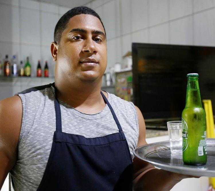 Alexandre Correia, mais conhecido como Xandy, trabalha no Boteco Santa Rita, no Rio Vermelho. Foto: Adilton Venegeroles / Ag. A TARDE