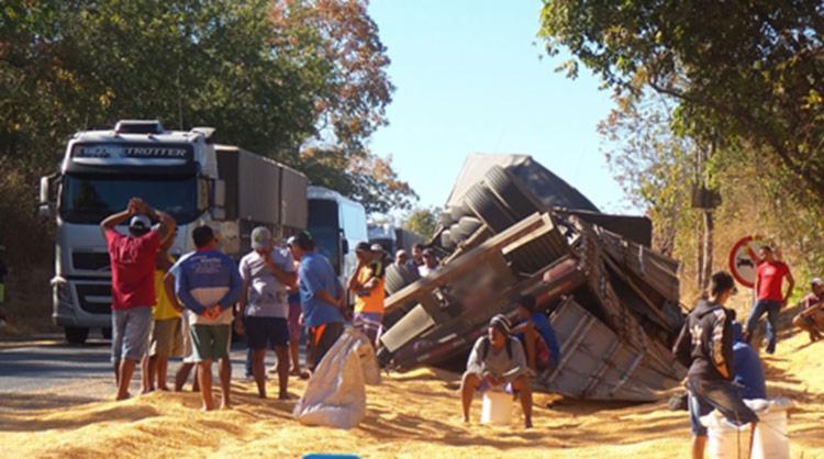 Populares ficaram no local no aguardo por autorização para pegar milhos - Foto: Reprodução | Blog do Braga