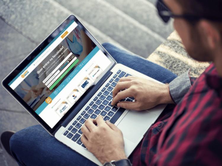 O interessado precisa acessar o site do programa e inserir os filtro da busca no site - Foto: Divulgação   Quero Bolsa