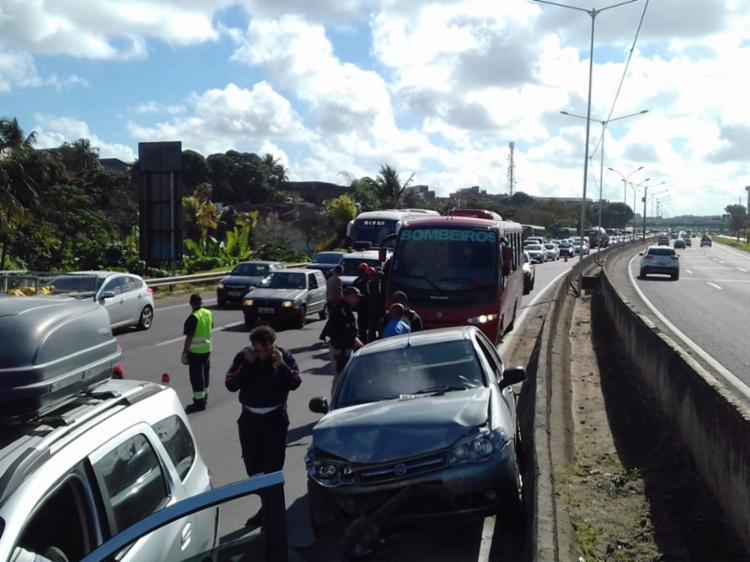 Veículo permanece na faixa da esquerda da via, obrigando os motoristas a desviarem - Foto: Joá Souza | Ag. A TARDE