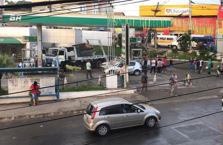 Caminhão parou em um posto de combustível após atropelar as pessoas