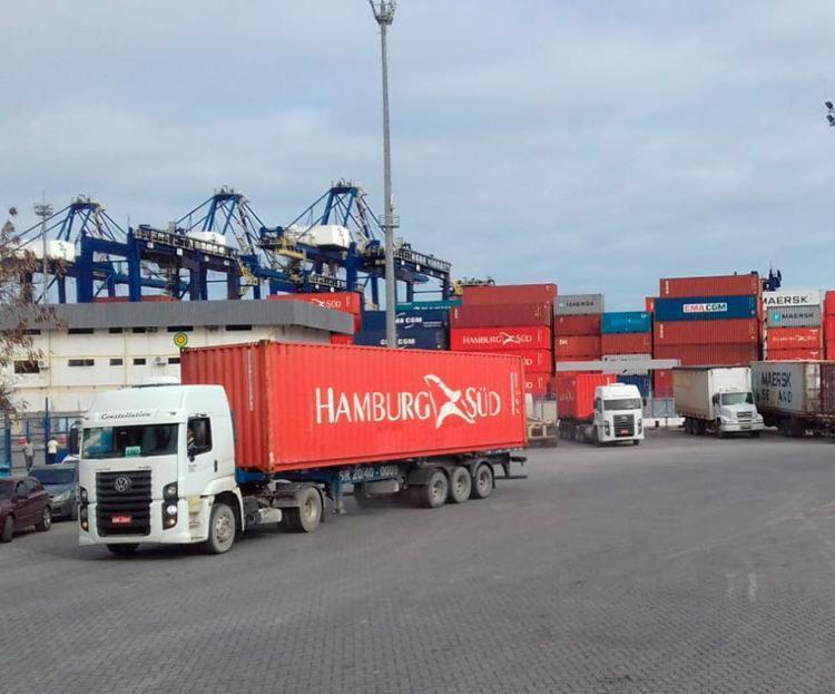 Caminhoneiros reivindicam mais agilidade no tempo de carga e descarga dos veículos - Foto: Joá Souza | Ag. A TARDE