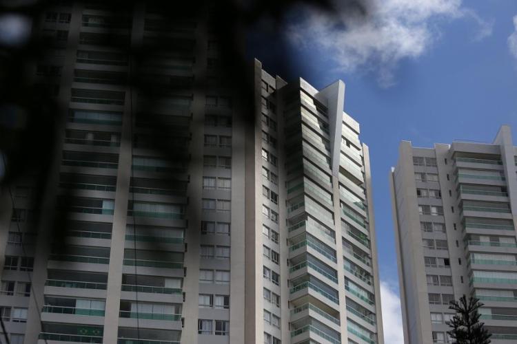 Edifícios do Itaigara exibem os vidros esverdeados que passaram a dominar as varandas - Foto: Raul Spinassé / Ag. A TARDE