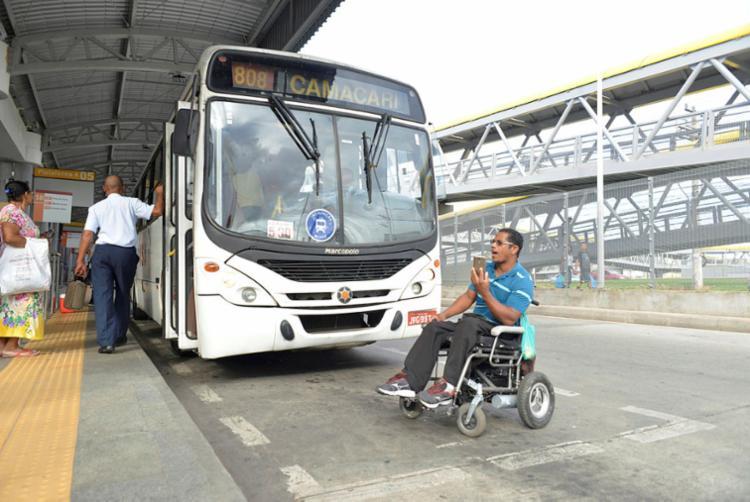 Em protesto, Carlos Costa (D), eletricista industrial aposentado, atrasa saída da estação de um ônibus sem elevador - Foto: Shirley Stolze | Ag. A TARDE