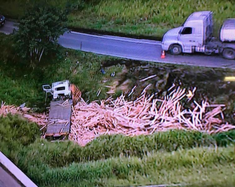 Material ficou espalhado no local do acidente - Foto: Reprodução | TV Record