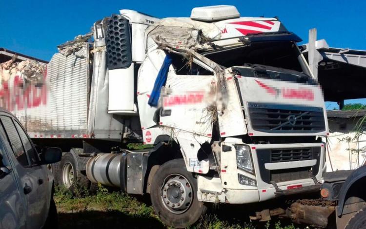 Caminhão ficou destruído após acidente no km 841 da BR-101 - Foto: Divulgação | PRF