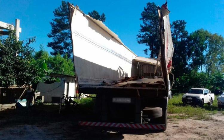Veículo levava carga de chocolate, que foi saqueada por cerca de 200 moradores