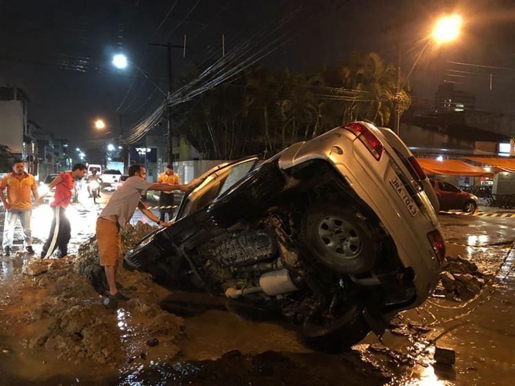 O veículo ficou com a parte da frente presa no buraco; ninguém ficou ferido - Foto: Reprodução | Site Políticos do Sul da Bahia
