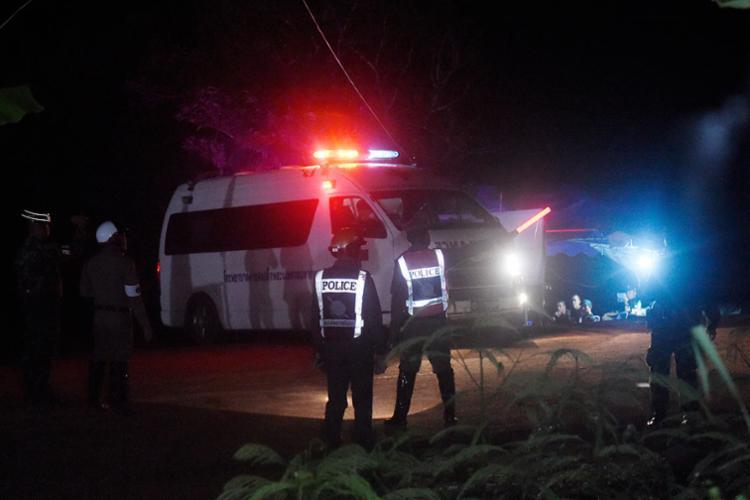 Equipes de resgate estão a postos para levar jovens ao hospital geral de Chiang Rai - Foto: Lillian Suwanrumpha | AFP
