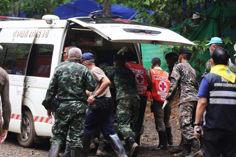 Operação de salvamento dos jovens e do técnico de futebol foi retomada nesta segunda - Foto: AFP