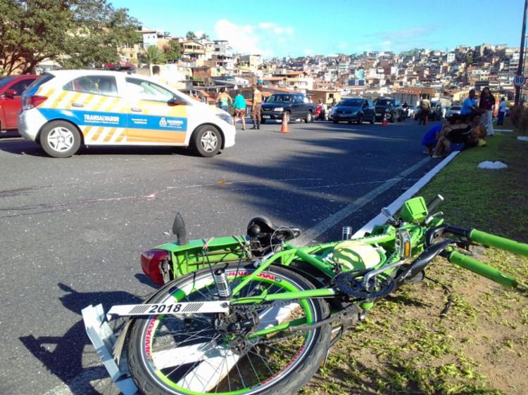 Ciclista morreu na hora, após ser atropelado por um veículo - Foto: Joa Souza | Ag. A TARDE