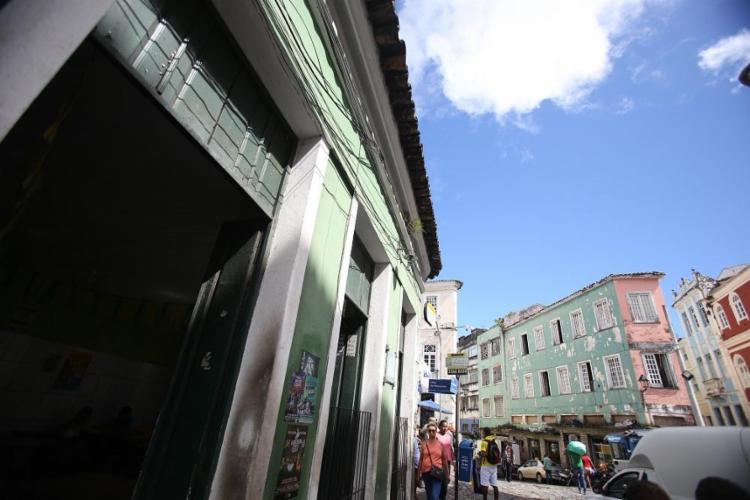 O Bar do Calçadão, mais conhecido como Bar de Neuzão, do filme Ó Paí, Ó, fica em local estratégico no Largo do Pelourinho - Foto: Raul Spinassé / Ag. A TARDE