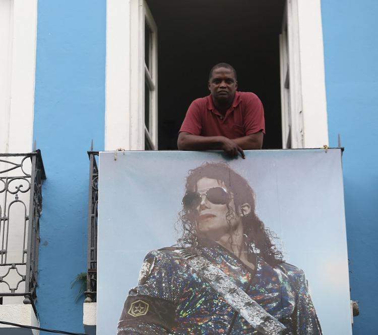 Carlos Alberto é o locatário do casarão onde Michael Jackson gravou o clipe de They don't Care About Us: cobra R$ 5 pelas fotografias na fachada