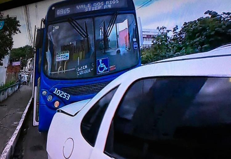 Após colisão, veículos permanecem na lateral da via e não afetam o trânsito no local - Foto: Reprodução | TV Record