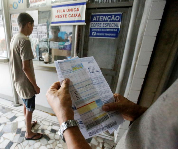 Poucos consumidores procuram as lotéricas para pagar conta neste sábado - Foto: Luciano da Matta   Ag. A TARDE