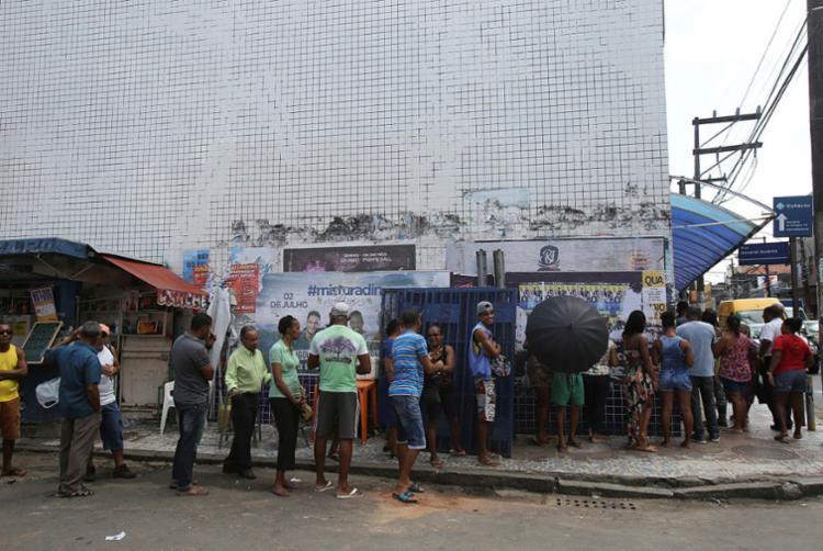 Pontos credenciados da cidade estão repletos de extensas filas - Foto: Margarida Neide | Ag. A Tarde