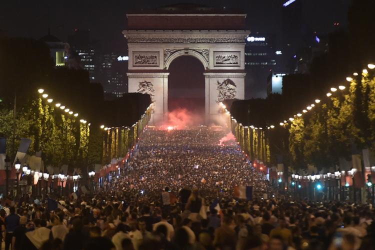 Na França, os torcedores lotam o Arco do Triunfo em comemoração á classificação - Foto: Lucas Barioulet | AFP Barioulet