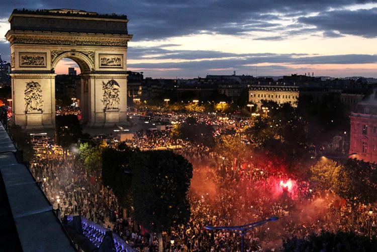 Torcedores franceses explodiram de alegria nesta terça-feira, 10, em Paris, lotando a avenida Champs-Elysées